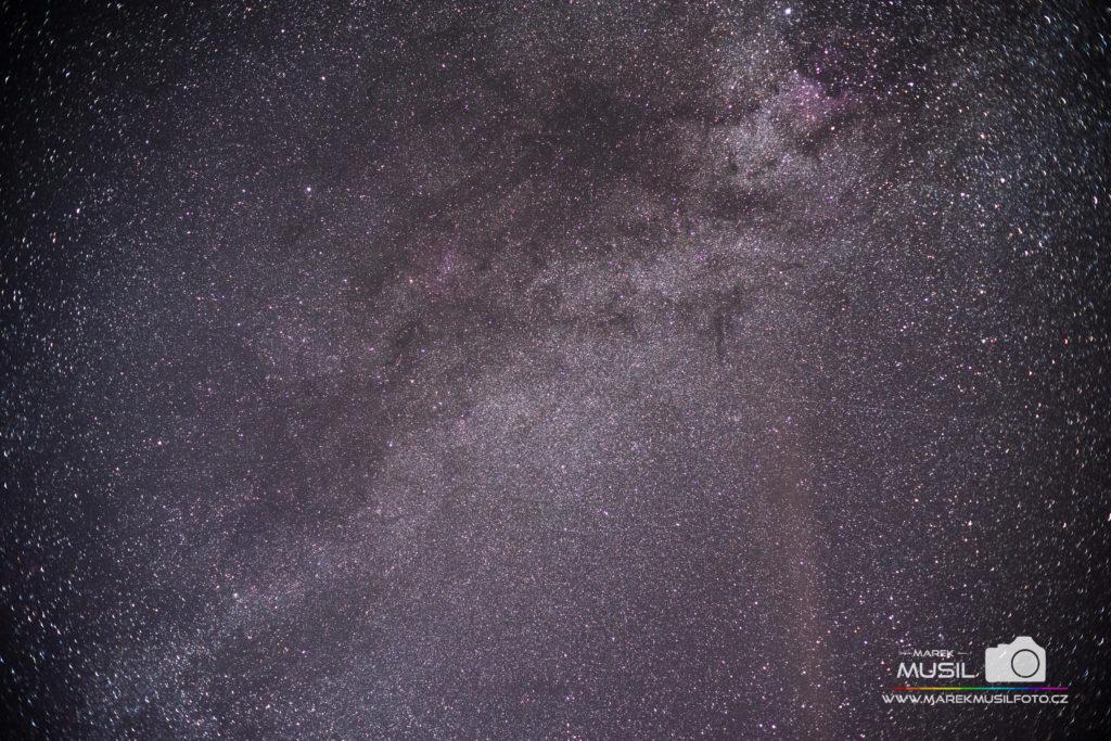 K-1 schopnosti s astrotracerem a eliminace rozmazání hvězd