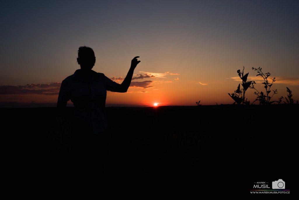 10 nej fotek z dovolené – slunce mezi prsty.